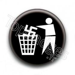 Badge nazis à la poubelle
