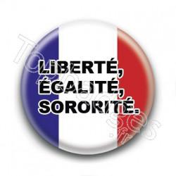 Badge : Liberté, égalité, sororité.