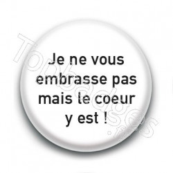 Badge : Je ne vous embrasse pas mais le coeur y est !