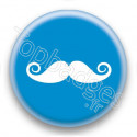 Badge Moustache sur fond bleu