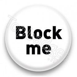 Badge Block me fond blanc